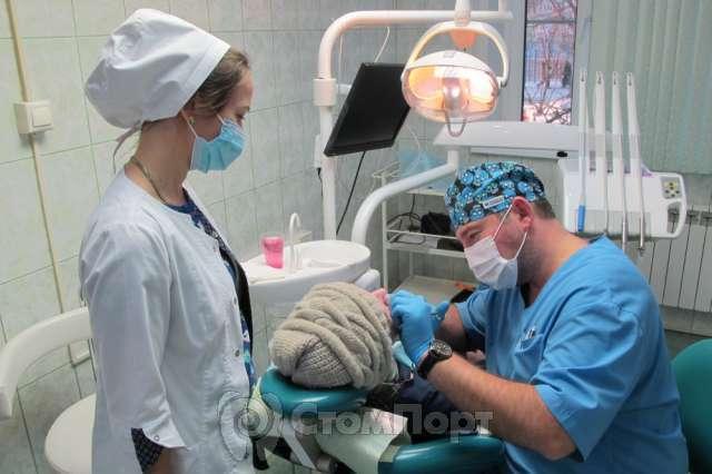 При удалении зубов в нашей клинике исключают болевые эффекты и риски осложнений.
